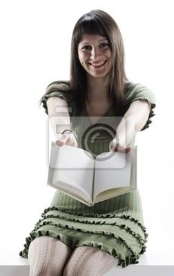 Młoda kobieta trzyma otwartą książkę. Strony są puste