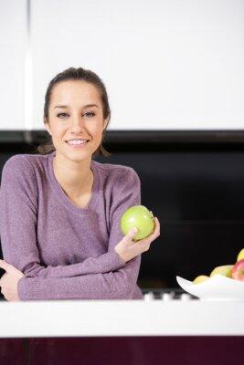 młoda kobieta w kuchni