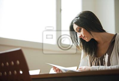 młoda kobieta z książki