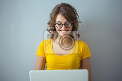 Naklejka Młoda kobieta z laptopem