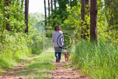 Młoda kobieta z psem spaceru w lesie