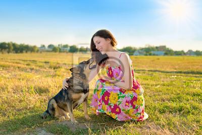 Młoda, ładna dziewczyna i pies uśmiecha się