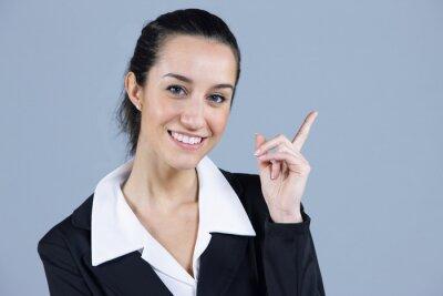 Młoda piękna bizneswoman wskazując na copyspace