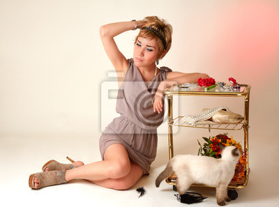 Młoda piękna dziewczyna w pobliżu umiejscowienia tablicy sukienka