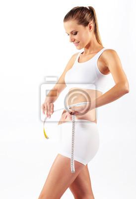 Młoda piękna kobieta pomiaru jej brzucha z metrowym kijem