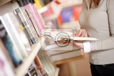Naklejka młoda studentka w bibliotece