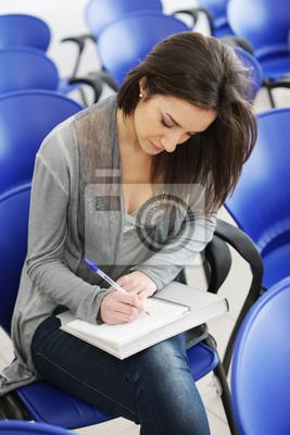 Młode samice jest pisanie notatek