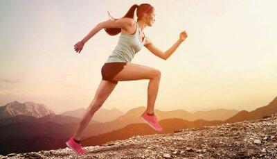 Naklejka Młody biegacz działa na góry