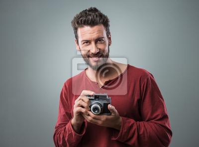 Młody człowiek robienia zdjęć z rocznika kamery