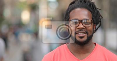 Naklejka Młody człowiek w mieście portret twarzy uśmiechu