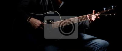 Naklejka Młody muzyk grający na gitarze akustycznej i śpiewu,