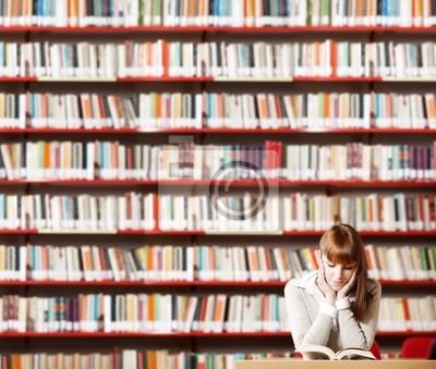 Młody student w bibliotece