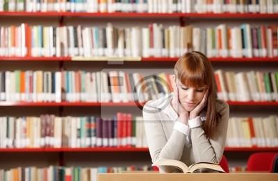 Naklejka Młody student w bibliotece