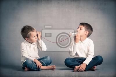Naklejka Młodzi bracia w rozmowie z cyny może zadzwonić