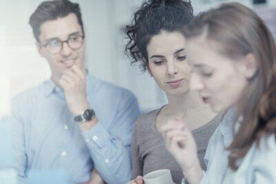 Młodzi ludzie biznesu pracujący razem
