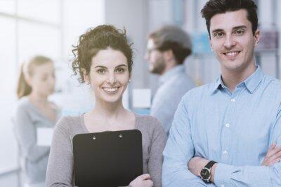 Młodzi ludzie biznesu w biurze