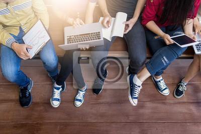 Naklejka młodzi ludzie używali komputera i tabletu. edukacji i technologii