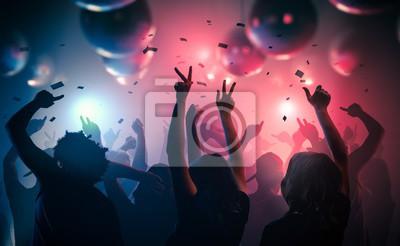 Naklejka Młodzi szczęśliwi ludzie tańczą w klubie. Życie nocne i dyskoteki koncepcji.