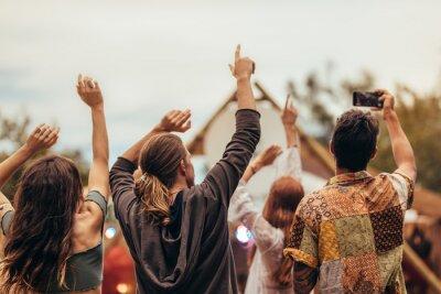 Naklejka Młodzież cieszy się na koncercie muzycznym