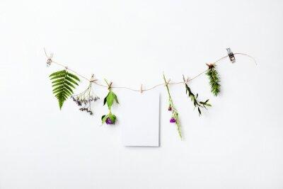 Naklejka Mock-up z kwiatów wianek i puste papieru. Skandynawski styl domu.