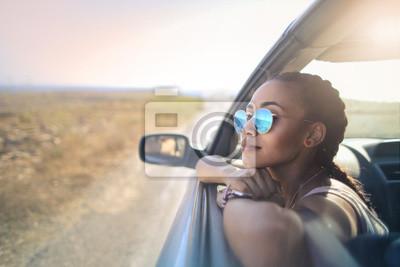Naklejka Modna dziewczyna podróżująca samochodem
