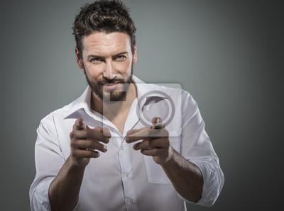 Modny mężczyzna wskazując na aparat fotograficzny