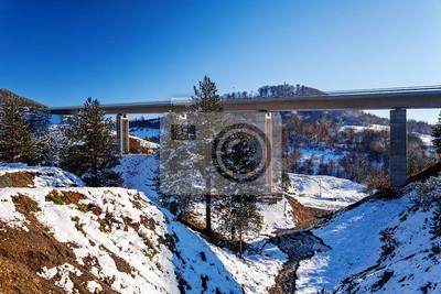 Most górskich w zimie z śniegu i błękitne niebo