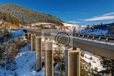 Naklejka Most górskich w zimie z śniegu i błękitne niebo