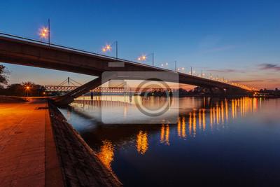Most na rzece w nocy