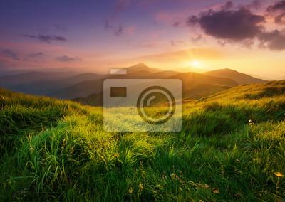 Naklejka Mountain Valley podczas wschodu słońca. Naturalny krajobraz lato