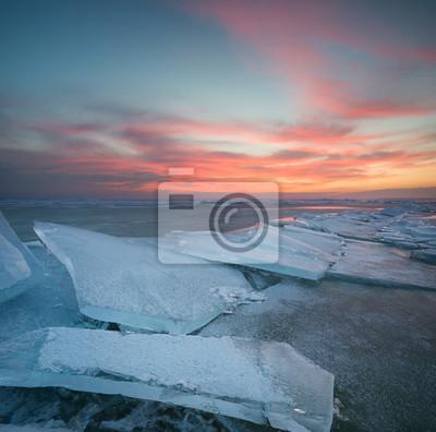 Mrożone morza podczas zachodu słońca. Piękny krajobraz naturalny w okresie zimowym