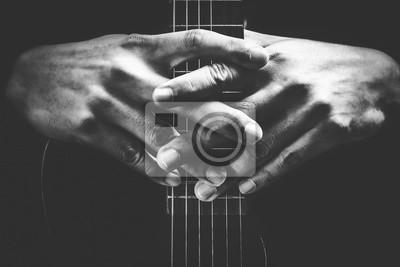 Naklejka Muzycy ręce na szyi gitara. Czarno-białe tło muzyczne