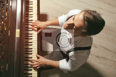 Naklejka Muzyk gra na fortepianie