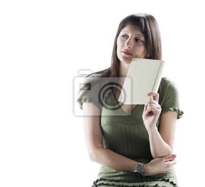 Myślenie kobieta trzyma książkę, okładka jest pusty