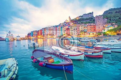 Naklejka Mystic krajobraz portu z kolorowych domów i łodzi w Porto Venero, Włochy, Liguria w godzinach wieczornych w świetle latarni