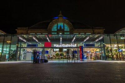 Naklejka Nachtaufnahme des Bahnhofes w Halle Saale