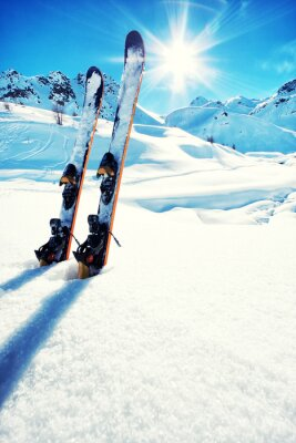 Naklejka Narty w śniegu w górach