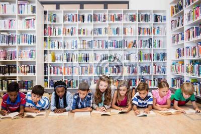 Naklejka Nauczyciel czyta książek do jej uczniów