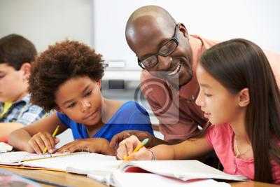 Naklejka Nauczyciel pomaga Uczniowie Studia na biurka w klasie