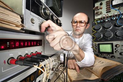 Naklejka Naukowiec w laboratorium archiwalne