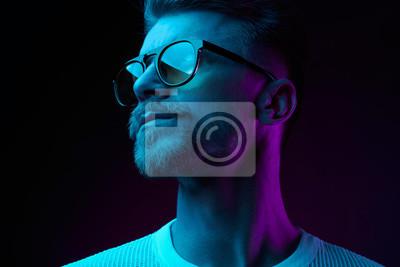 Naklejka Neon light studio szczegół portret poważne modelu człowieka z wąsami i brodą w okulary i biały t-shirt