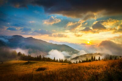 Naklejka Niesamowity górski krajobraz z przeciwmgielnych i stogu siana
