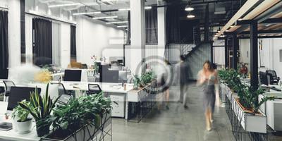Naklejka nowoczesne biuro otwarte wnętrze z niewyraźnymi współpracownikami