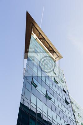 Nowoczesny budynek z fasadą ze szkła