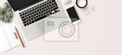 Naklejka nowoczesny nagłówek / obraz bohatera lub baner z laptopem, smartfonem, instalacją pneumatyczną, otwartym notatnikiem i kobiecymi akcesoriami na jasnym tle rumieńców, sceną biura domowego, płaskim ukła
