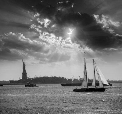 Naklejka Nowy Jork żaglówce zachód słońca i Statua Wolności