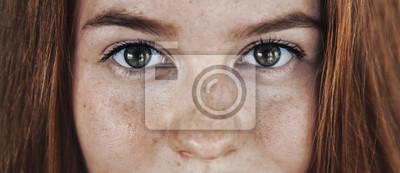 Naklejka Oczy twarz kosmetyczka pielegnacja nastolatek portret ze zdrową skórą i czerwone włosy, włosy foxy, imbir