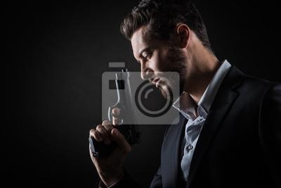 Odważny człowiek z pistoletem