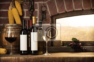Okna piwnicy i butelki wina