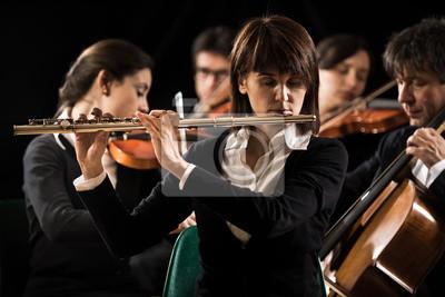 Orkiestra symfoniczna wydajność: flecistka bliska